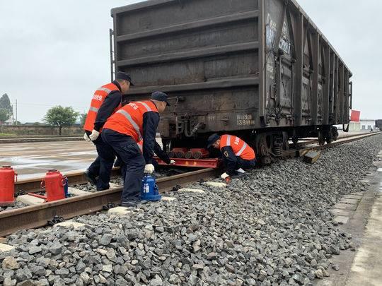 """地震导致火车脱轨怎么处置?救援人员使用""""过镐""""仅用13分钟将车起复"""