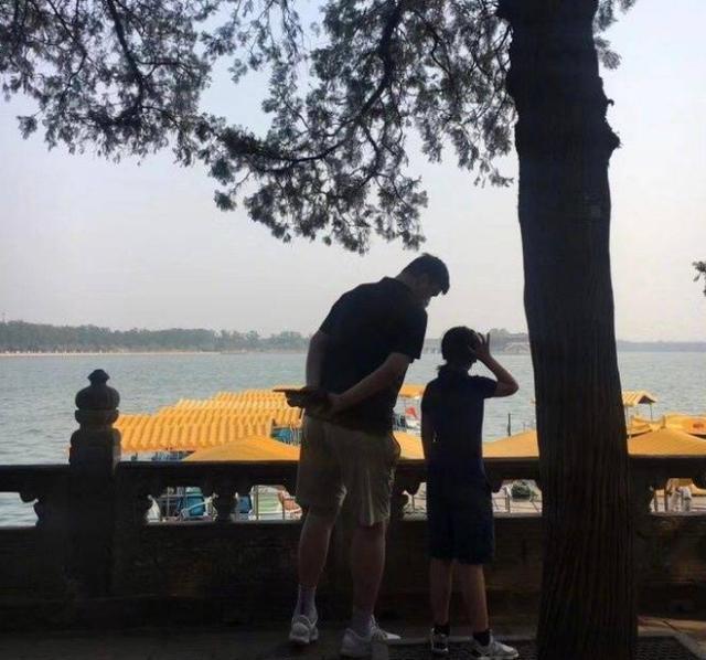 姚明一家三口逛颐和园9岁爱女身高引热议网友:中国女篮后继有人