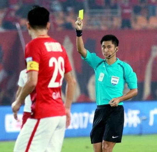 马宁8黄2红不算抢镜,恒大两人中超停赛一人逃红牌,上港一人停赛