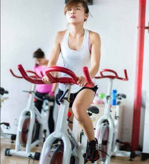 一个女人在骑脚踏车