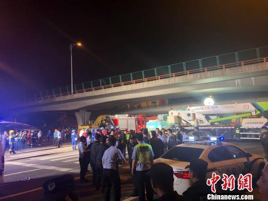 江苏无锡高架桥侧翻事故:桥上一货车严重超载可能为直接原因