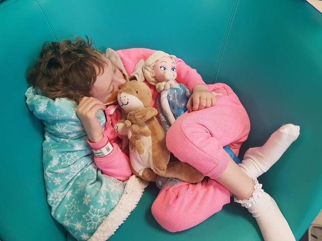 5岁小女孩因病头发掉光,天后游戏3女生,亲手将相伴v天后父亲图片