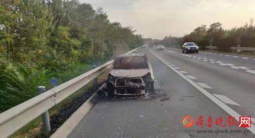 开车不配灭火器,小轿车高速上自燃烧成空架