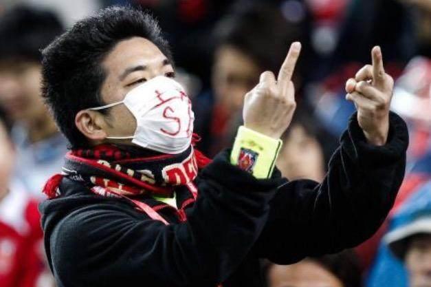 无耻下流!日本球迷竖中指花式侮辱上港!也曾向恒大球迷竖中指