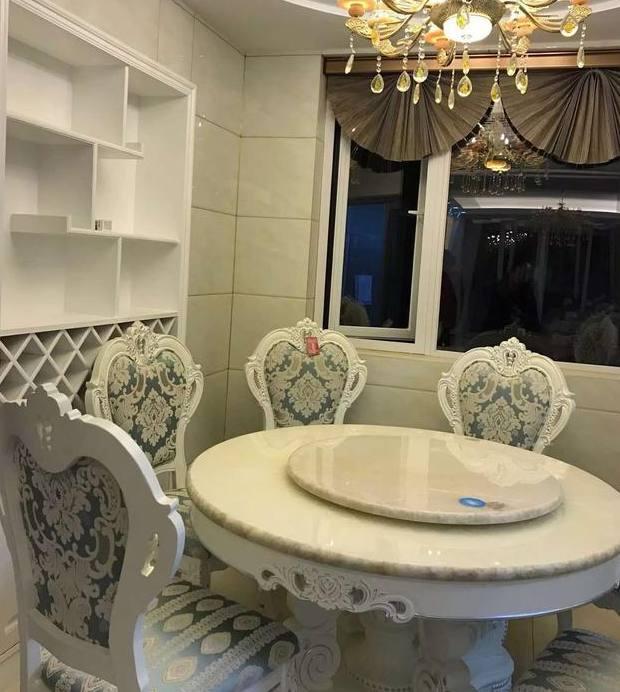 餐桌,椅子的设计最为漂亮,这周欧式风格特有的花纹,餐厅还有餐边柜.图片
