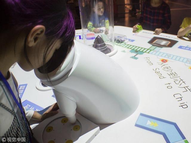 广州:儿童走进科学馆 体验芯片制造过程