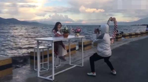 《开心快三走势图》_小心!洱海边拍照也有陷进 游客被索要道具费