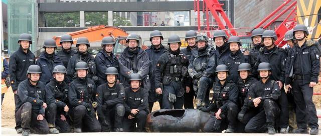 香港闹市惊险现场版《拆弹专家》 450公斤炸弹余波400米