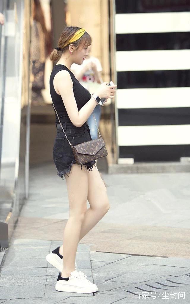 街拍:图1小姐姐身材很好是毋庸置疑的,只是胸大的不适合穿这种