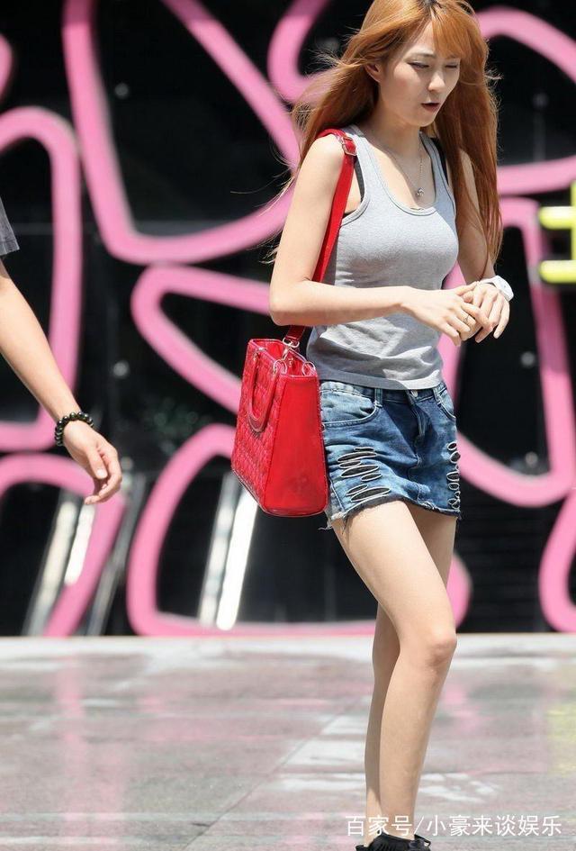 街拍:豹纹短裙长腿美女很有气质,真是让人垂涎!
