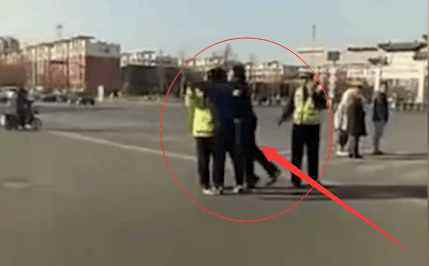 辅警被扇殴打对方 现在已经被拘留(双方)