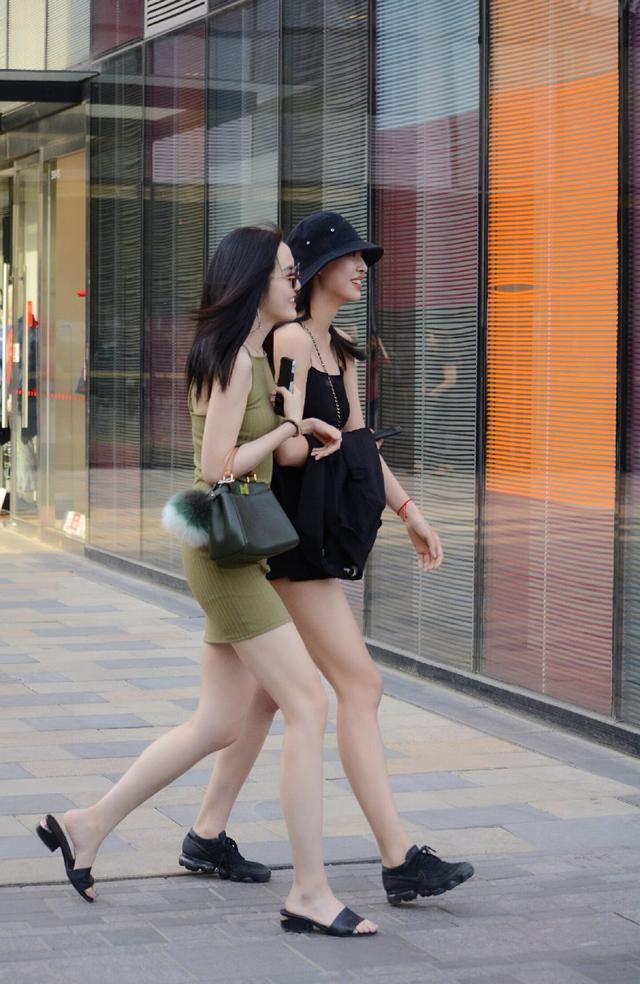 北京街拍:三里屯这些逛街购物的女孩们,看上去心情都不错哦