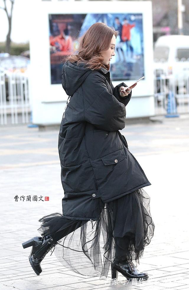 街拍:透视装美女,在冬天里穿出轻盈、迷蒙、似透非透